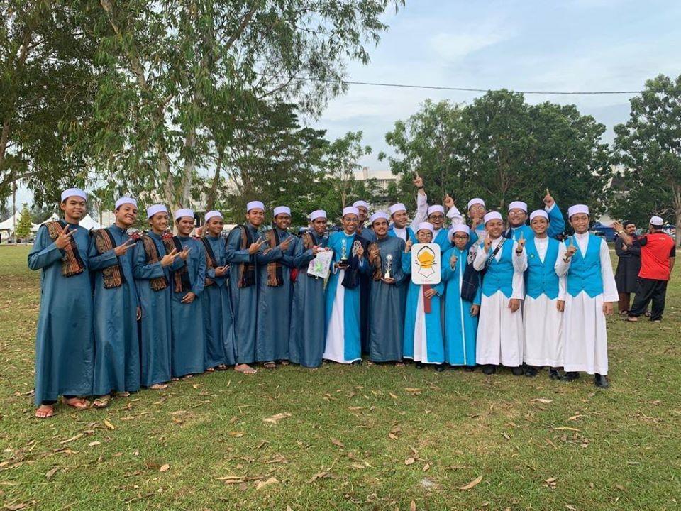 Tahniah Maahad Tahfiz D Itqan!!! Dinobatkan sebagai Juara Qasidah Kebangsaan ptg td di Terengganu. . Jubah Belah dan Vest warna aqua tu adalah tempahan khas dari mereka utk pertandingan tersebut. . Kami tumpang gembira dan rasa bangga kerana dpt terlibat sama. . #jubahlelakijohanrosli #johanrosli #jubahlelaki #vestpelajar #jubahbelah #ditqan #maahadtahfizditqan