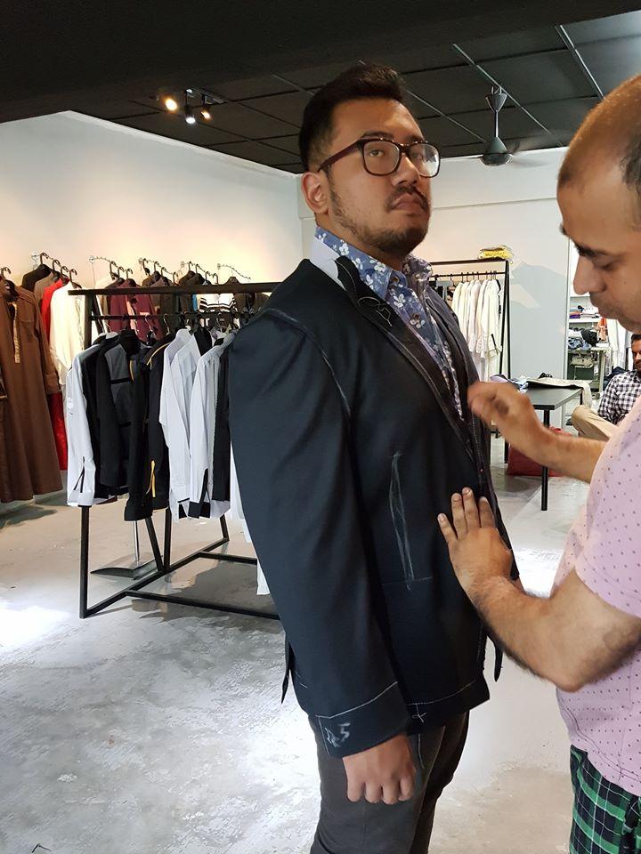 Sesi fitting coat dan seluar.. . #jubahlelakijohanrosli #johanrosli #bespokemalaysia #tempahcoat #tempahseluar #tempahsuit #bespoke